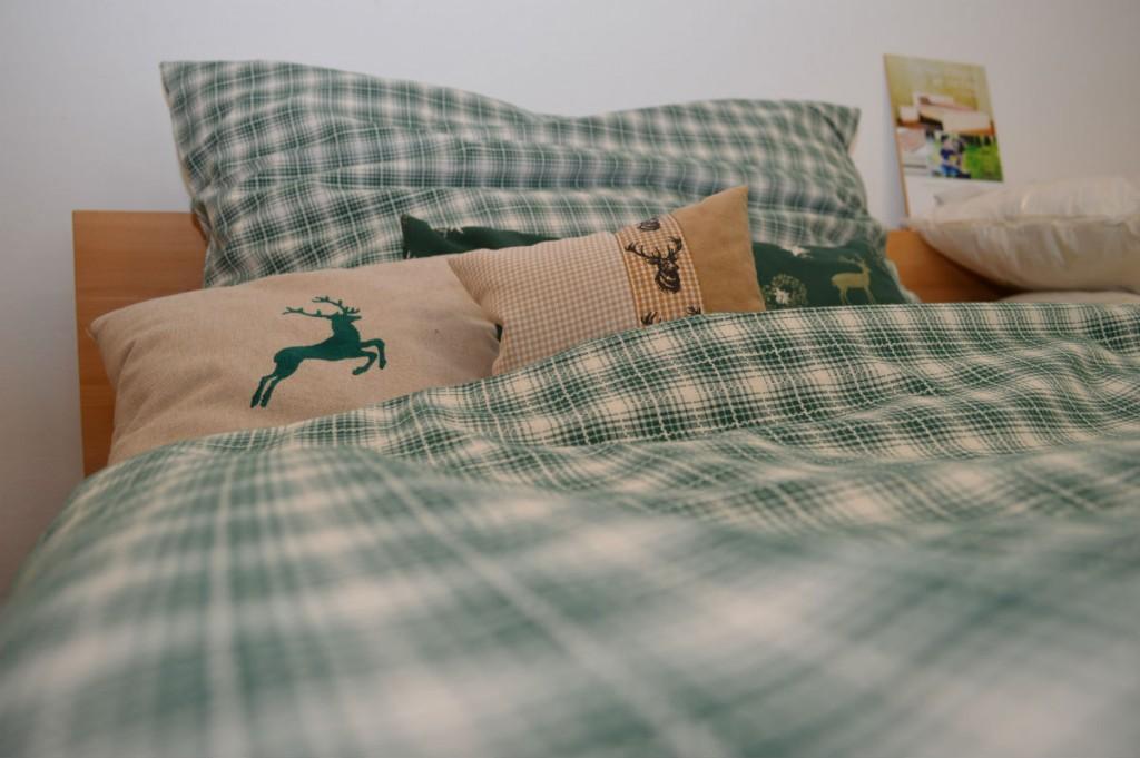 Freude, wenn die Oma ihr Bett mit den neuen Kissen dekoriert