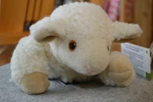 Einen kuscheligen Plüschschaf aus Schafwolle