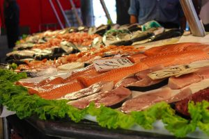 Plastikmüll: Durch Fisch landen diese kleinen Plastikteile auf unseren Tellern