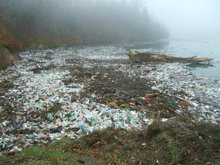 Berge an Plastikmüll, die wir durch unser Konsumverhalten verursachen