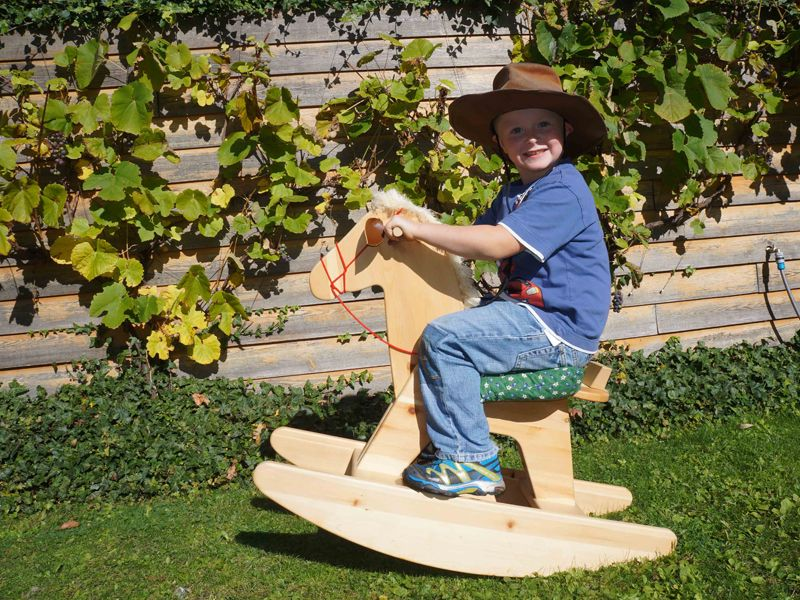 Unser Schaukelpferd Sorel aus Zirbenholz. So geht nachhaltig schenken!