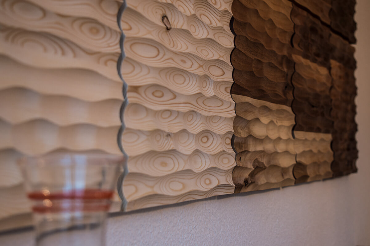 Maserung und Struktur der Wandpaneele kommen voll zur Geltung