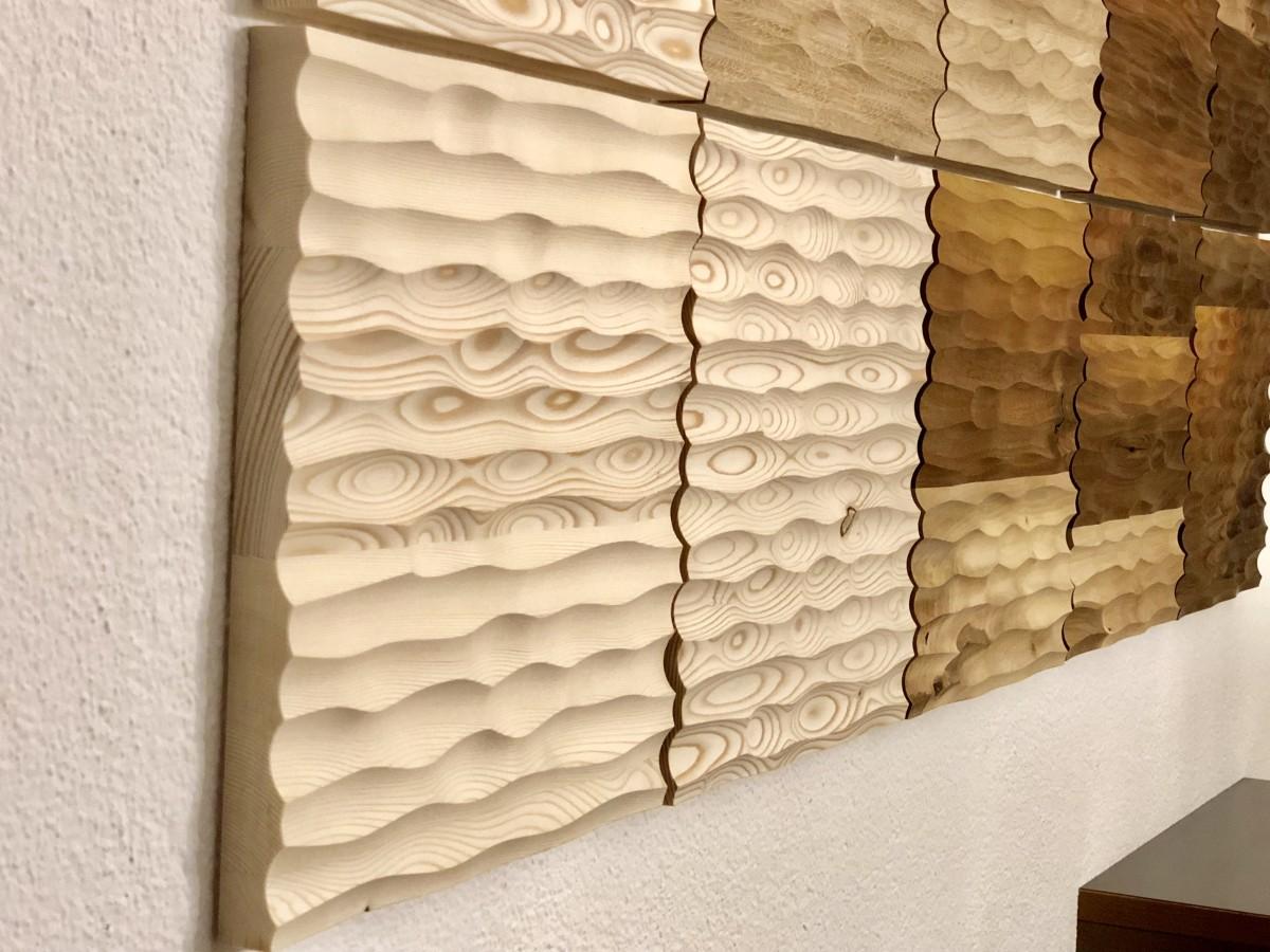 Lebendige Struktur durch Maserung und unterschiedliche Holzarten