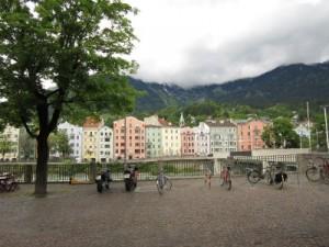Der Innsbrucker Marktplatz mit Blick auf die bunten Häuser von Mariahilf.