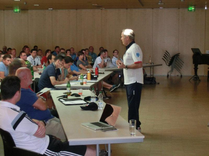 Konzentrierte Teilnehmer folgen den Ausführungen von Horst Wein.