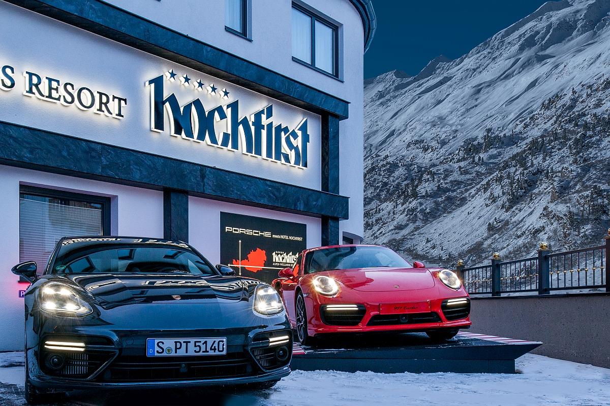 Der neue Porsche Panamera Turbo und ein 911 Turbo vor dem Hotel Hochfirst in Obergurgl.