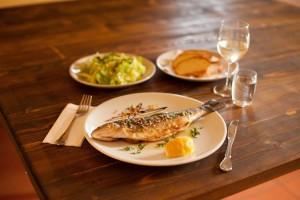 Nach dem Fischen kann man sich ein genüssliches Essen gönnen