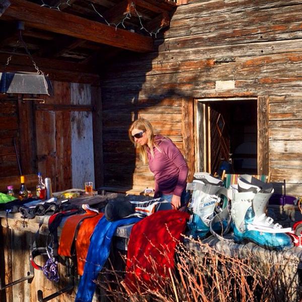 Ein Sammelsurium an zu durchlüftenden Skiklamotten © Eva House