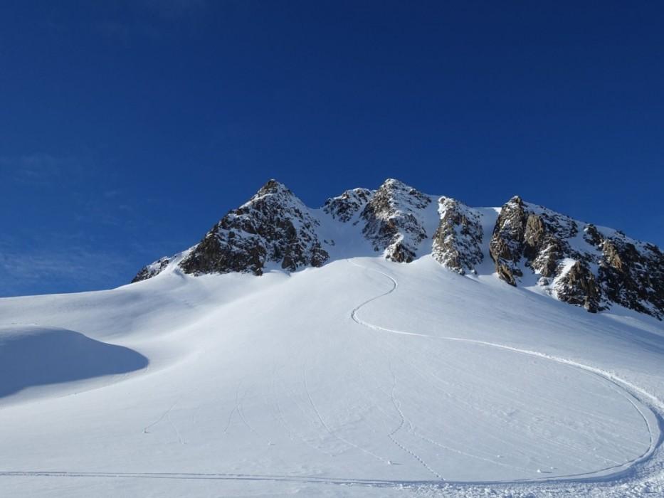 Eine Abfahrtsspur, wie in den Schnee gezeichnet.