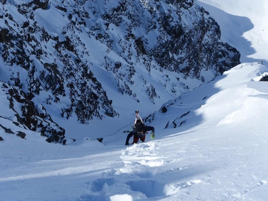 Wenn's zu steil wird, kommen die Ski auf den Rücken und es geht zu Fuß weiter.