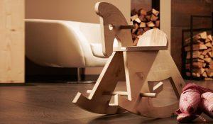 Ein Schaukelpferd aus Zirbenholz: So geht sinnvolles, nachhaltiges schenken!