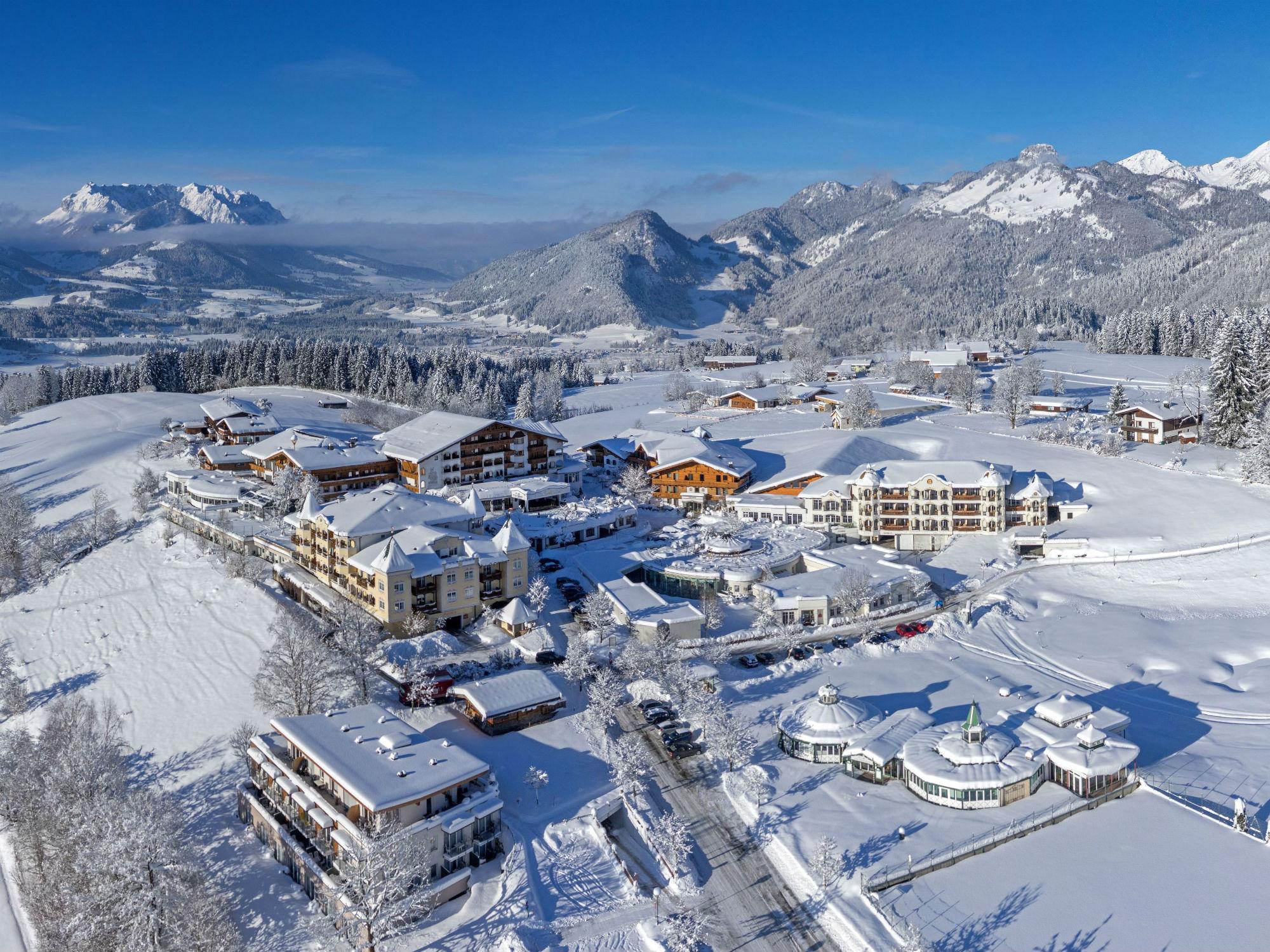 Das Hotel Peternhof in Kössen ist von malerischer Landschaft umgeben