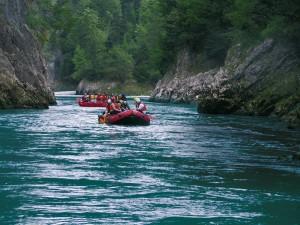 Mitten in der Natur kann man das Action-Rafting am meisten genießen (c) Bild: Adventure Club Kössen