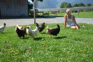 Rosi verbringt so viel Zeit wie möglich mit ihren heißgeliebten vierzig Hühnern