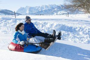 Für die Eltern ist der Winterspaß in Tirol, inklusive Snowtubing, ein Hit