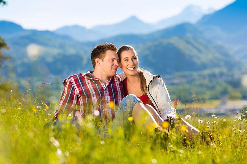 Glücksmoment im Peternhof - Paar in Wiese Peternhof