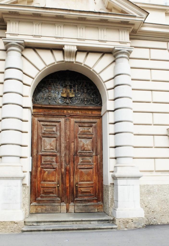 Tür zur Volksschule Andrä hinter der Andräkirche in Salzburg