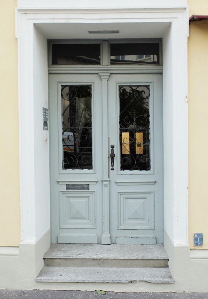 Hellblaue Tür in der Wolf Dietrich Straße - im Andräviertel Salzburg