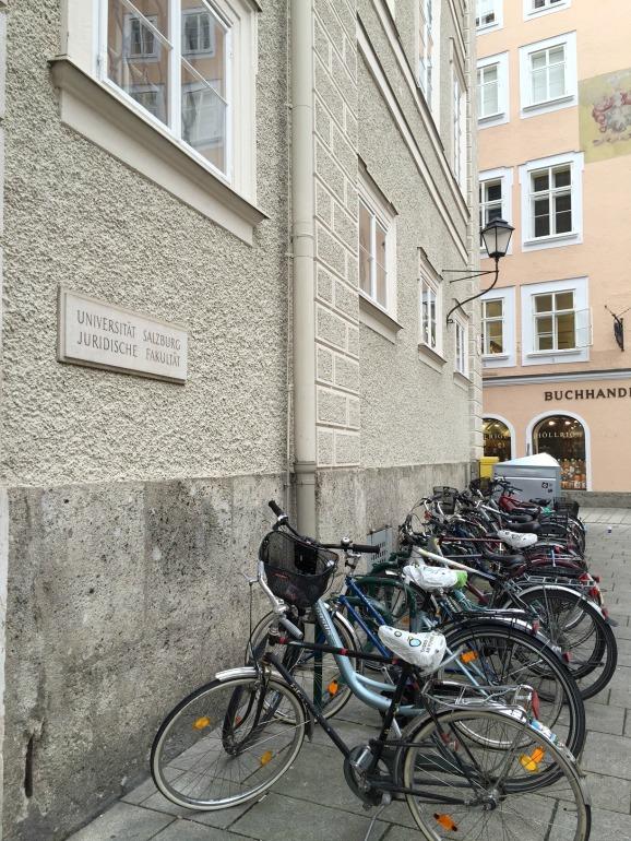 Eingang zur Juridischen Fakultät der Paris-Lodron-Universität Salzburg