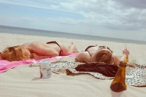 Während des Sonnenbades sollte man viel trinken