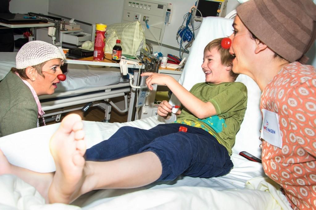 Lachen macht gesund, deshalb sind die Rote Nasen Clowndoctors in den Tiroler Krankenhäusern unterwegs, wo sie auch Erwachsene erfreuen. © ROTE NASEN
