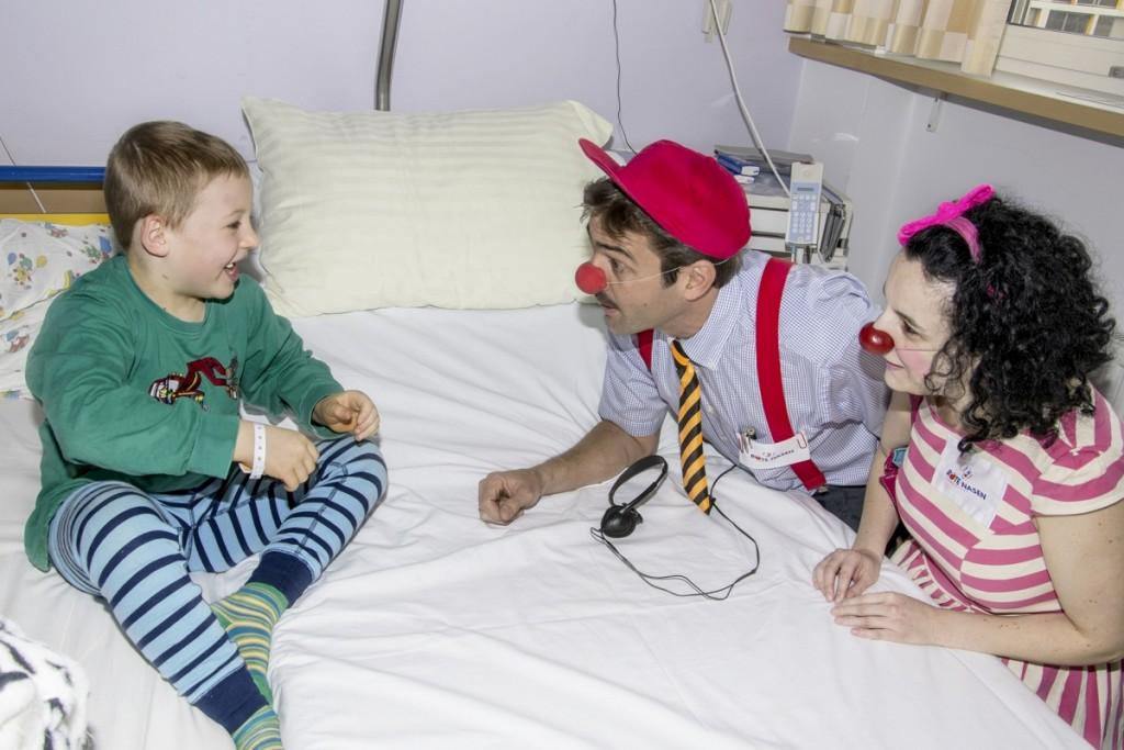 Die Rote Nasen in Tirol sorgen dafür, dass Kinder im Krankenhaus das Lachen nicht verlernen. © ROTE NASEN