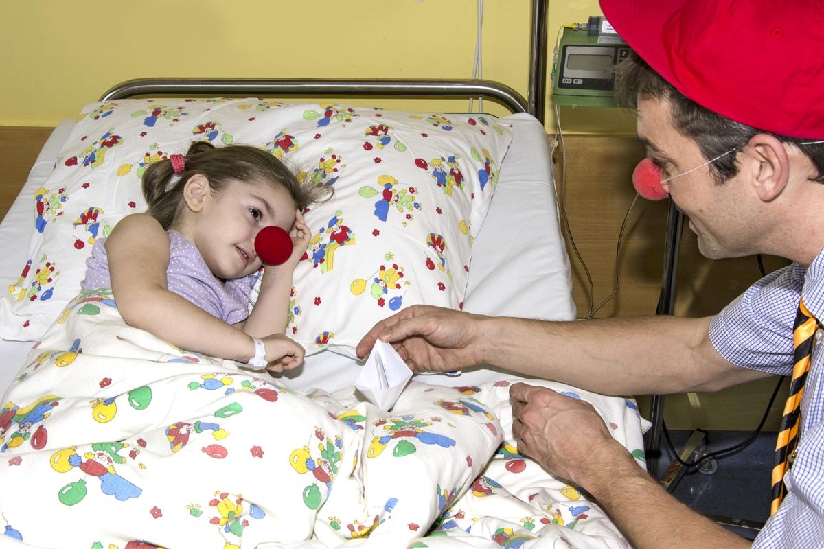 Krank sein ist nie schön. Da freut man sich über den Besuch der Clowndoctors, die gute Laune mitbringen und Patienten aufheitern. © ROTE NASEN