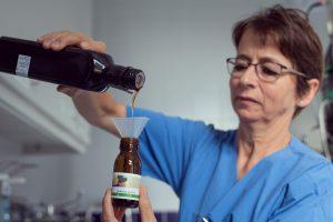 Monika Hintersonnleitner füllt die kaltgepressten Öle für die Aromapflege selbst ab.