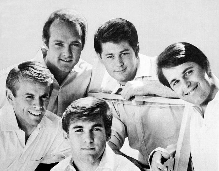 Die Beach Boys im Heute sehen natürlich ein bisschen anders aus. Aber sie verbreiten immer noch beste Stimmung! (Bild: Wikipedia)