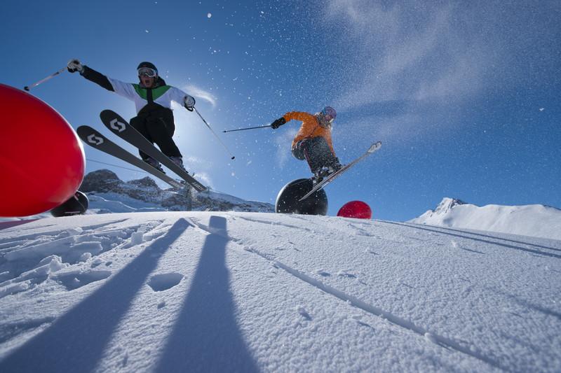 Surfen oder Skifahren? In Ischgl keine Frage. Am besten: Skifahren mit Surf-Feeling der Beach-Boys! (Bild: TVB-Ischgl)