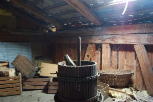 Diese alte Weinpresse steht im Dachboden des Tenn am Hofergut.