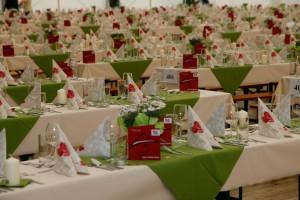 Rund 640 Laufmeter an Tischtüchern sind nötig, um das Festzelt für den Gala-Abend entsprechend zu dekorieren.