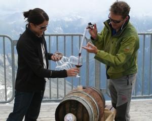 Eine leckere Weinverkostung in der herrlichen Tuxer Gletscherwelt darf nicht fehlen.