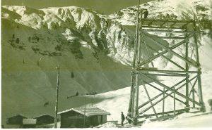 Entlang des Grates (am oberen Ende der Holzstütze) verläuft heute die Panorama-Abfahrt vom Wanglspitz zum Penken. (c) Archiv Franz Berger