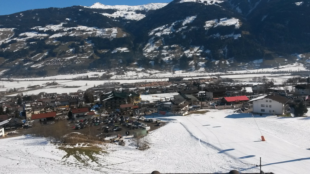Auch das versöhnt mit dem Winter: Dieser Blick auf Fügen im Zillertal.