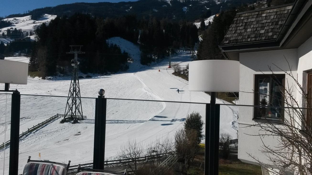 Blick von der Terrasse im Hotel Waldfriede im Zillertal. Pistennähe Hilfsausdruck.