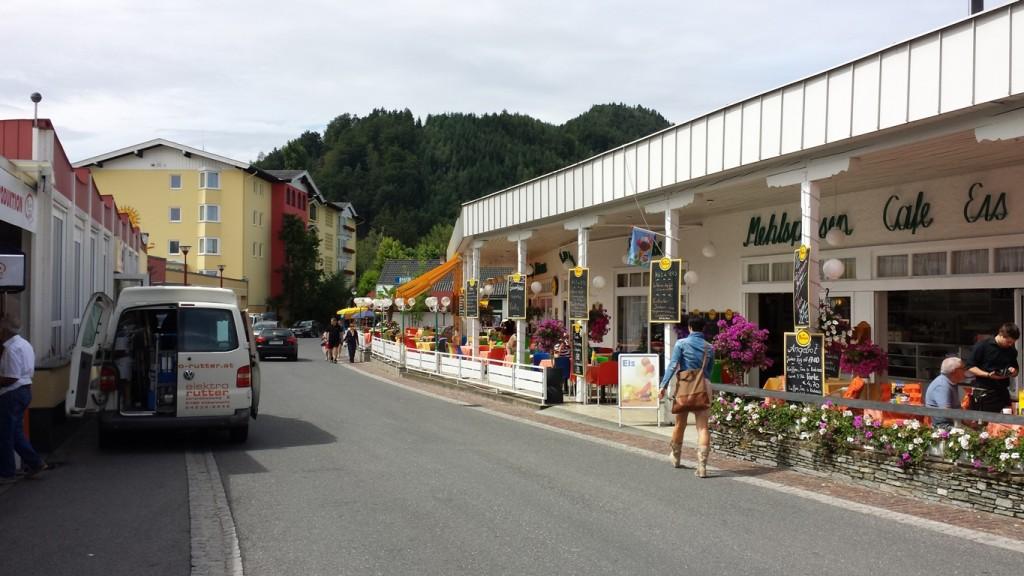 Wer von St. Kanzian nach Seelach kommt der tut dies auf dieser Straße. Links gehts zum See.