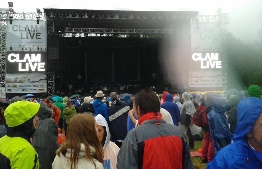 Hier waren wir uns noch ganz sicher einen tollen Platz mit Blick auf die Bühne ergattert zu haben. So kann man sich täuschen.