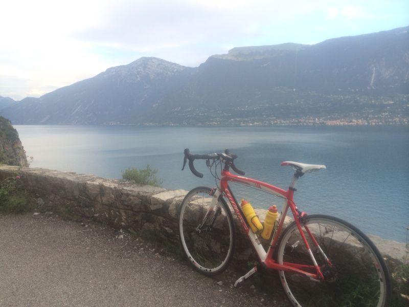Selten ist Dennis' Rad alleine. Aber für ein Foto bei dieser Aussicht - verständlich.