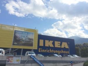 Mit größter Wahrscheinlichkeit verkauf IKEA auch in Innsbruck uraltes Kiefernholz aus Karelien. Jahrhundertealte Bäume enden als primitive Tisch- und Sesselgarnitur.