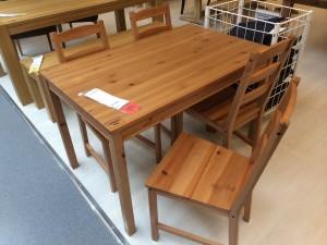 Auch im IKEA in Innsbruck vertreten: Das Sonder-Superangebot des Gierkonzerns IKEA 'Jokkmokk'. 99,99 Euro für einen Vollholztisch und 4 Stühle. Mit einiger Wahrscheinlichkeit stammt das Holz aus jenen nordischen Kiefern, die einst einen borealen Urwald in Karelien bildeten.