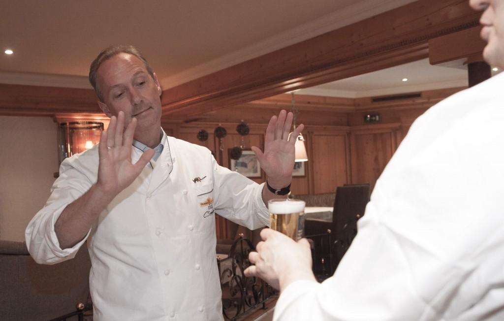 Patrick Raaß bietet Martin Sieberer, dem Weinliebhaber, ein Bier an. Eine Provokation?