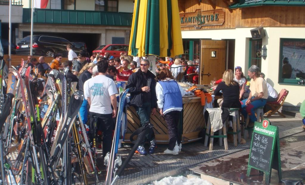 Von der Piste ins Hotel, oder zur Stärkung an die Bar. Das ist in der Kaminstube in St. Anton am Arlberg möglich.