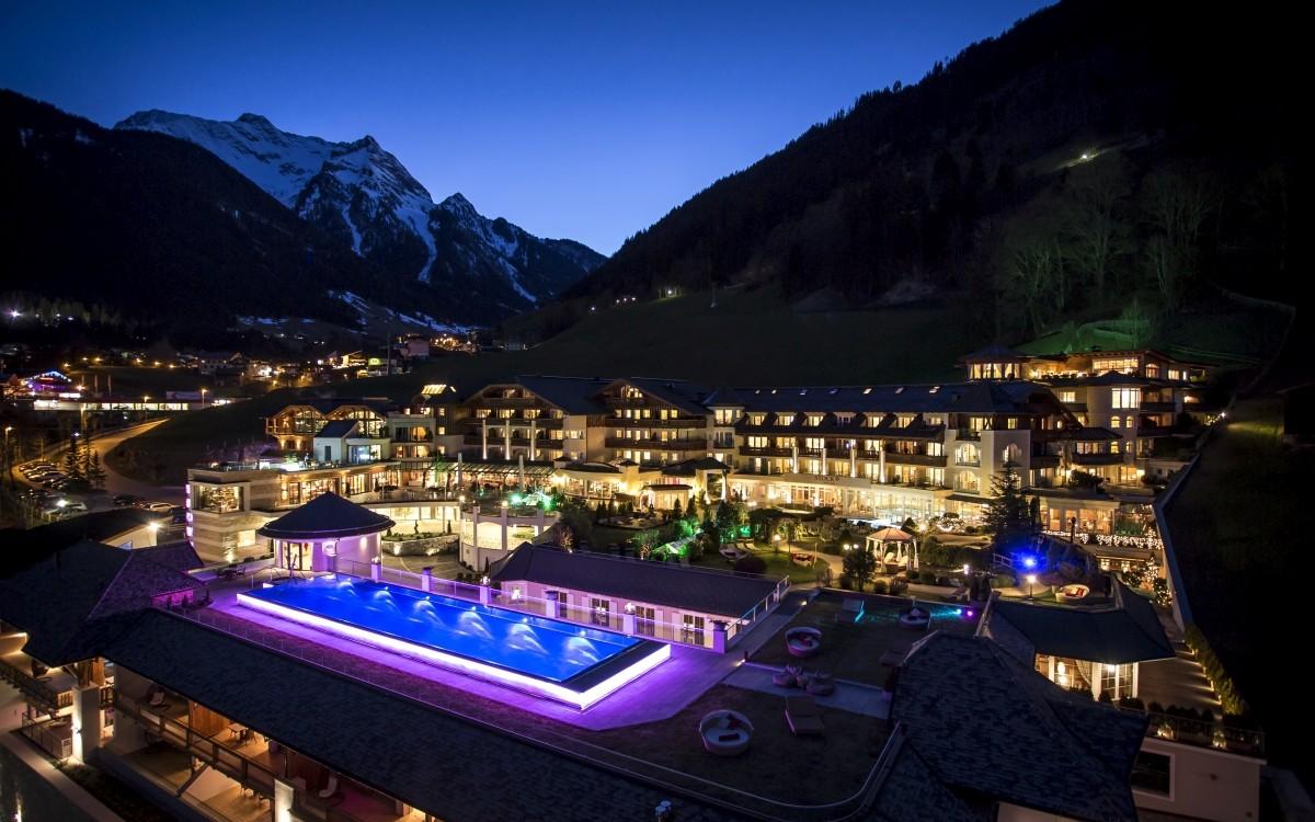 Das Stock Resort im Abendlicht.
