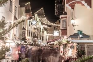In der Stadt, in Richtung Weihnachtsmarkt duften die heißen Kastanien