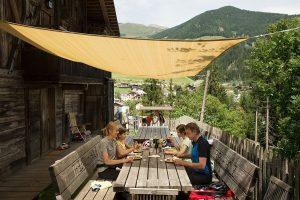 So viel Zeit muss sein: eine gemütliche Einkehr am Drauradweg in Osttirol.
