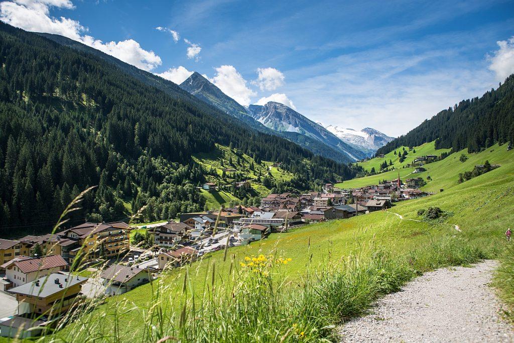 Ein Blick über Lanersbach ins Tuxer Tal. Im Hintergrund ist der Hintertuxer Gletscher zu sehen. Hier will ich Kraft tanken im Urlaub.