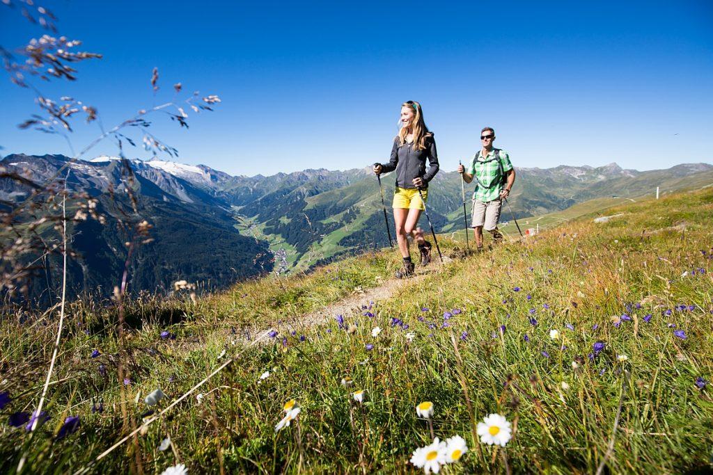 Wandern über dem Tuxertal. Die Berge sind eine Energietankstelle, weil man mit jedem Schritt spürt, wie die Lebensgeister zurückkehren.