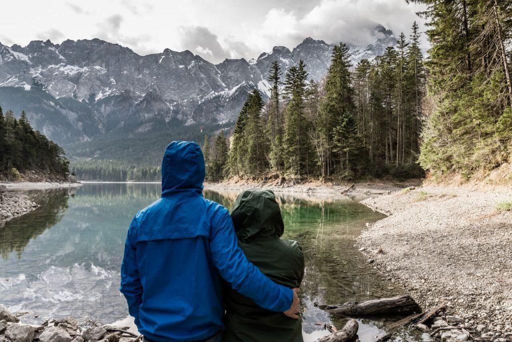 Egal, ob beim Wandern oder Mountainbiken, die faszinierende Bergwelt zieht Singles wie Pärchen in ihren Bann.