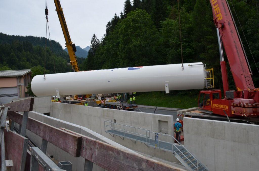 Einbau des 50 Tonnen Tanks am Firmengelände der Kaindl KG.